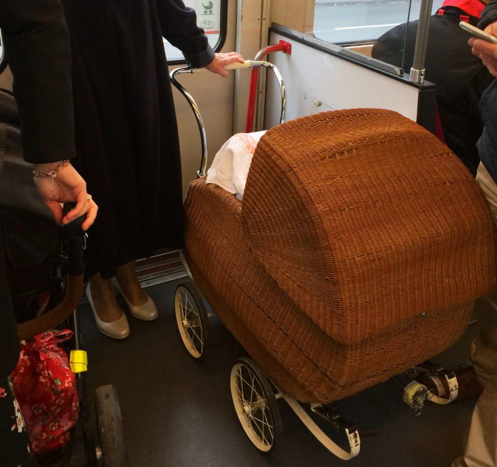 In der Straßenbahn, alter Kinderwagen, Weg zur Trauung