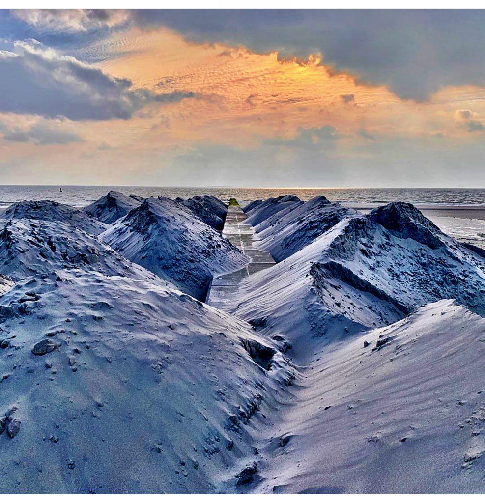 Sandberge, die wie verschneit aussehen,