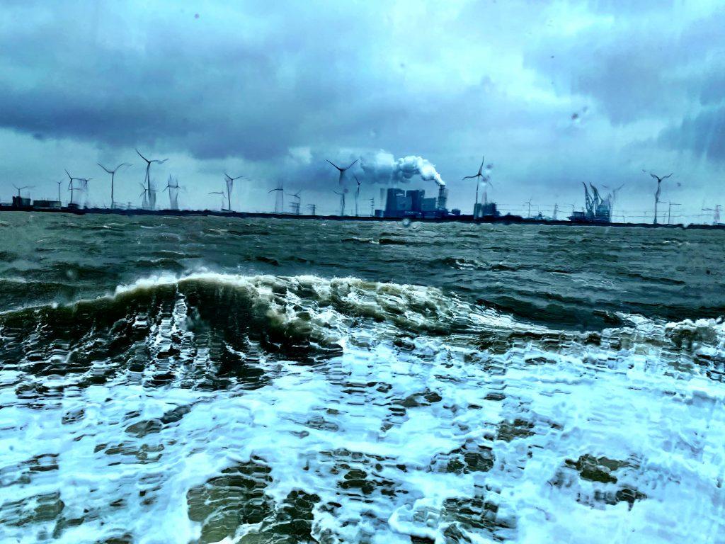 Nordsee, Wellen, bewegtes Meer, Industrie im Hintergrund, Eemshaven, Emden, nach Borkum,