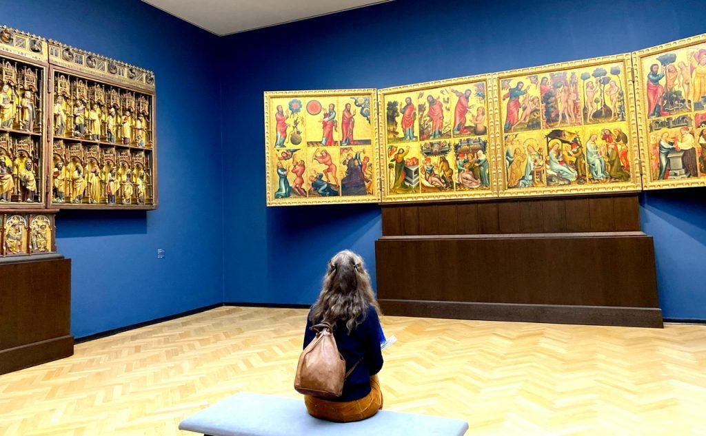 Mindener Altar in der Kunsthalle Hamburg, Meister Bertram, Zuschauerin betrachtet Bilder und Plastiken