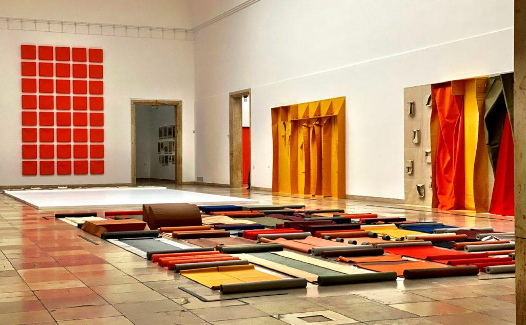 Haus der Kunst München, zentraler Saal. Shifting Perspectives, Franz Erhard Walther