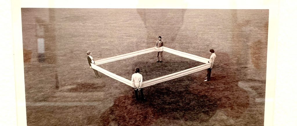 Schwarz-weiß Photo, Vier Körpergewichte, Franz Erhard Walther