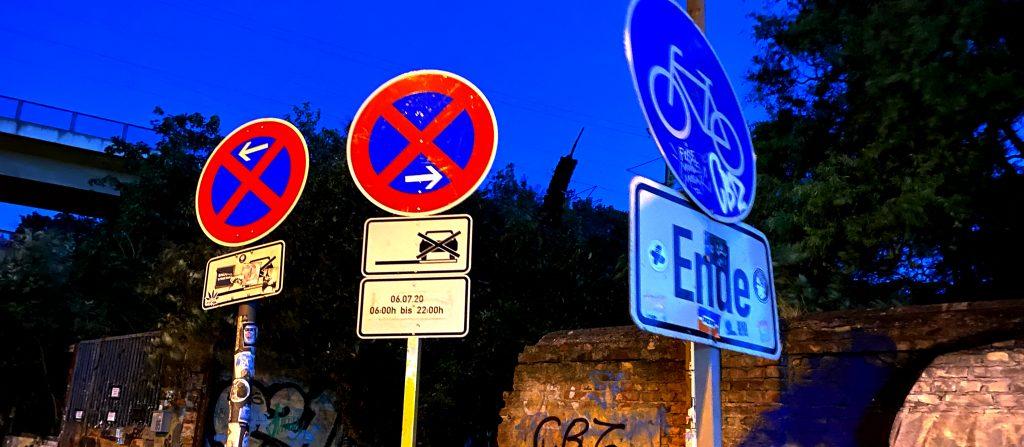 3 Verkehrsschilder, Halteverbot, Odonien,