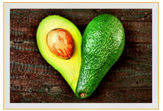Aufgeschnittene Avocado, in Herzform drapiert